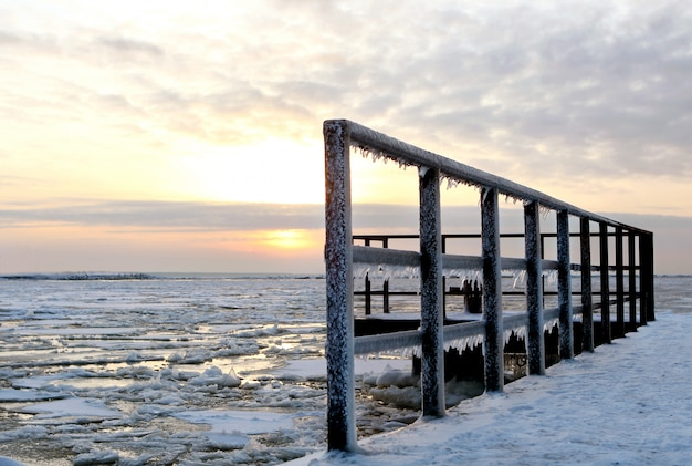 Красивый зимний пейзаж со льдом
