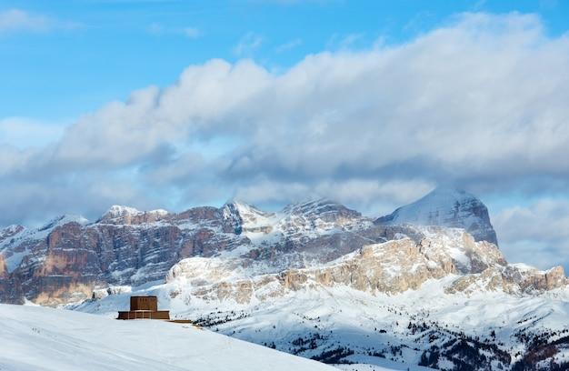 Красивый зимний горный пейзаж и памятник первой мировой войны перевал пордой