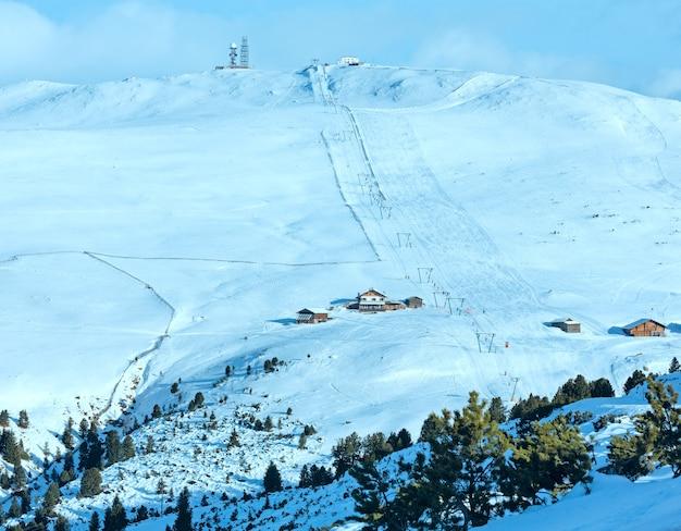 Красивый зимний горный пейзаж с подъемником и лыжной трассой на склоне. не всех людей идентифицируют.