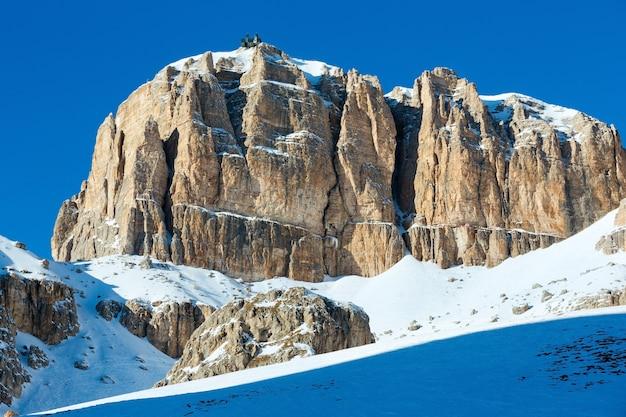 マウントトップにスキーステーションがあるアルプスのドロミテのポルドイ峠峠からの美しい冬の山の景色。