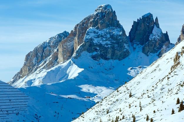 アルプスのドロミテのポルドイ峠峠からの美しい冬の山の景色