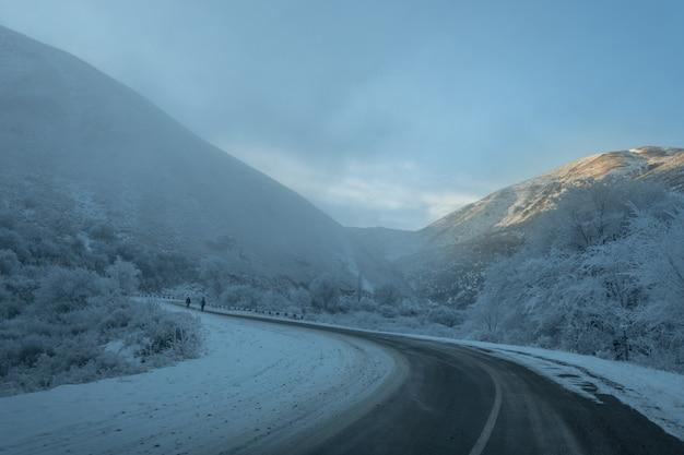 美しい冬の雪山道