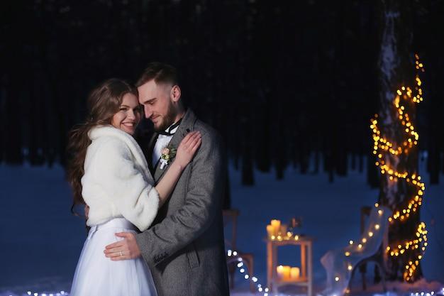 夕方の屋外で美しい冬の結婚式