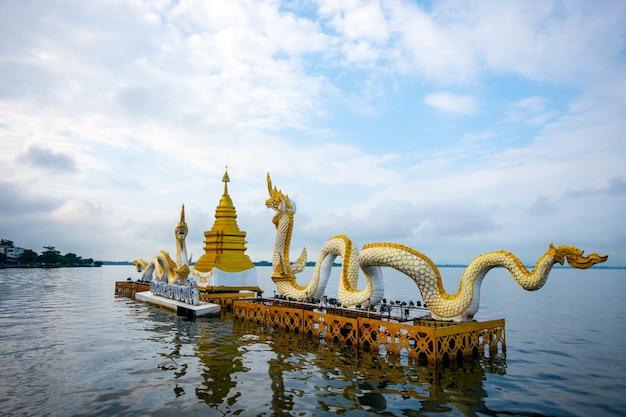 タイのパヤオパヤオの聖なる湖にある青い空の塔とナガエスの王像で美しい