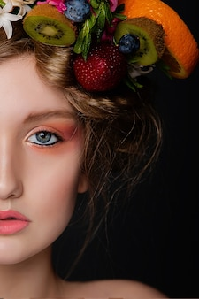 髪に果物や花の花輪で美しい