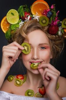 Красивый с фруктами и цветами венок в волосах