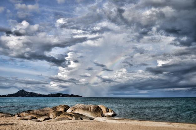 바다 위로 석양이 아름다운