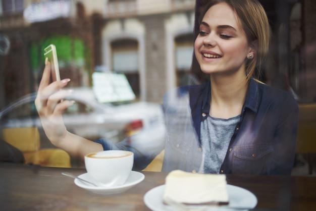 카페 스낵 아침 식사에서 아름다운 여자 커피 한 잔