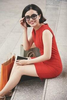 ショッピングの後の美しい女性