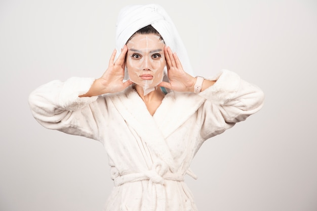 彼女の頭にタオルでシャワーを浴びた後の美しい女性