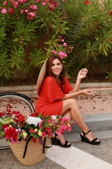 美しい女性とかごの中の花。