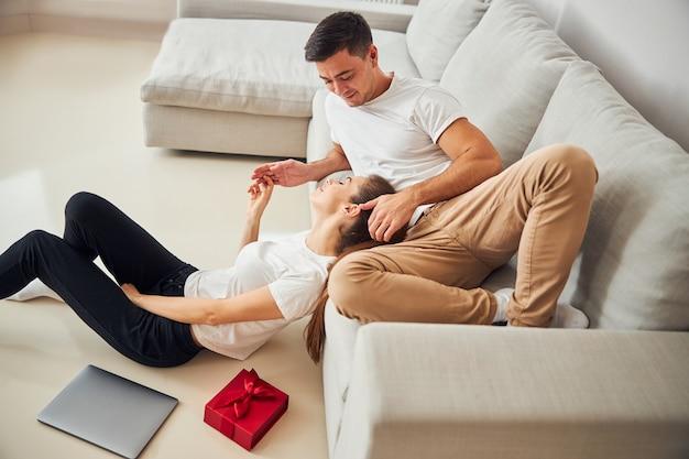 아름다운 여자와 그녀의 잘생긴 남자가 집에서 놀고 있다