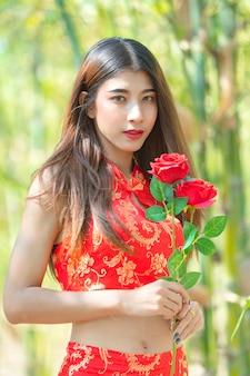 伝統的なドレスを着ているアジアの美しい女性