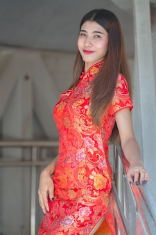 Азиатская красивая женщина в традиционном платье