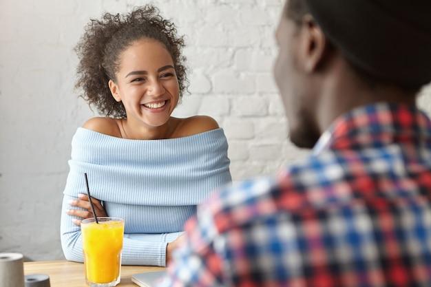 Красивая женщина в кафе с парнем