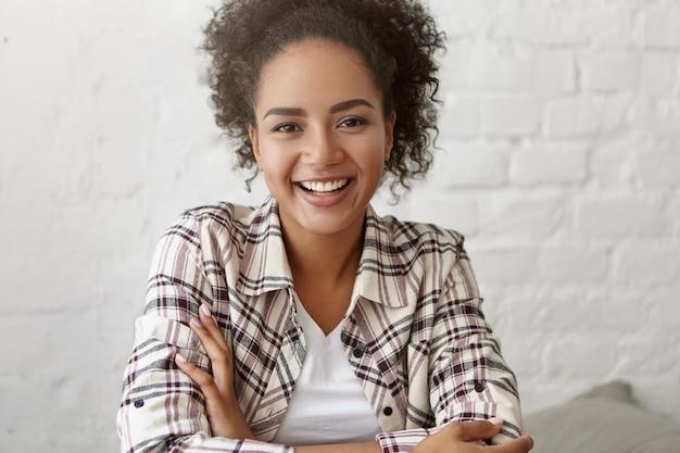 Красивая женщина в кафе