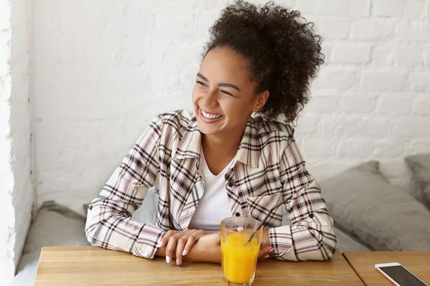 カフェで美しい女性
