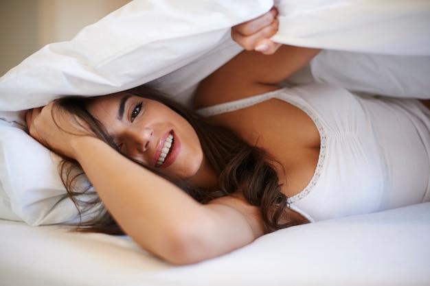 Красивая женщина в спальне