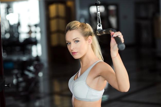 체육관에서 아름 다운 여자