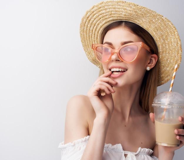美しい女性の魅力的な外観のファッション帽子の装飾