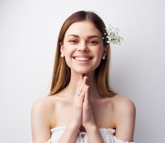 髪の贅沢なスタジオで美しい女性の魅力的な外観の花。高品質の写真