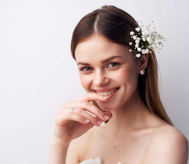 髪の贅沢なスタジオで美しい女性の魅力的な外観の花