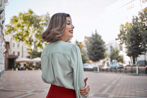 美しい女性の魅力的な外観赤い唇は公園を歩く新鮮な空気。高品質の写真