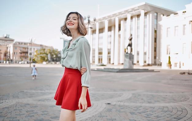 Красивая женщина привлекательный взгляд красные губы прогулки в парке на свежем воздухе