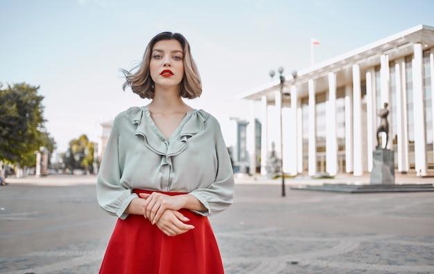 Красивая женщина привлекательный взгляд красные губы прогулки в парке летом. фото высокого качества