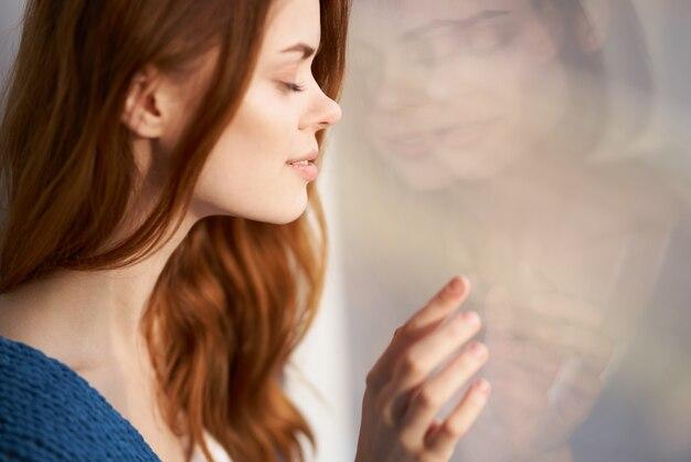 Привлекательный вид красивой женщины с голубым клетчатым утром
