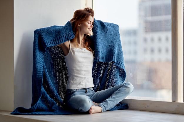 青い格子縞の休息ライフスタイルと美しい女性の魅力的な外観