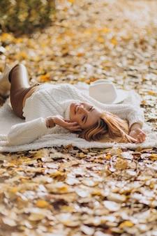 Bella donna in un parco in autunno