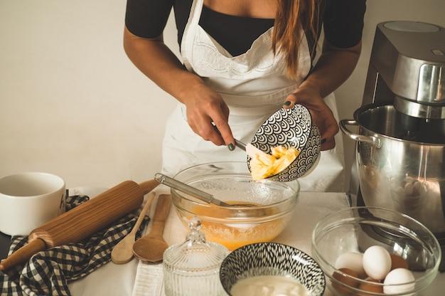 Красивая женщина печет кексы