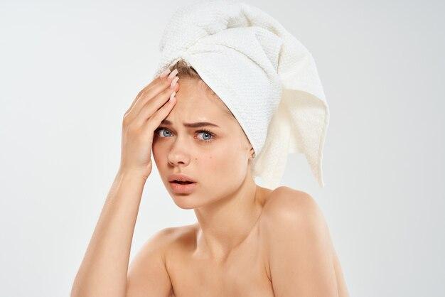 美しい女性の裸の肩のにきび治療皮膚科。高品質の写真