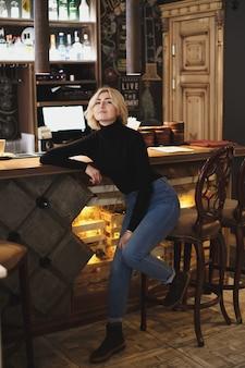 Красивая женщина-бармен в баре