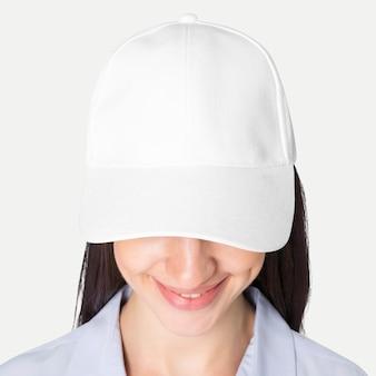 Bella donna in berretto da baseball, servizio fotografico in studio di moda con fascia