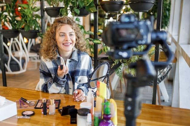 美しい女性ブロガーが化粧品の作り方と使い方を教えています