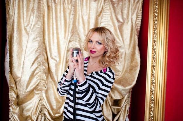 Красивая женщина, блондинка, микрофон.