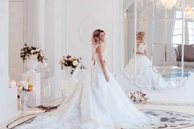壮大なドレスを着た美しい女性の花嫁。
