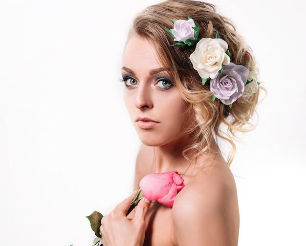 バラの美しい女性の花嫁。白い背景で隔離