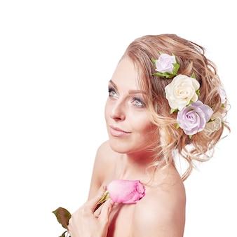 白で隔離のバラと美しい女性の花嫁