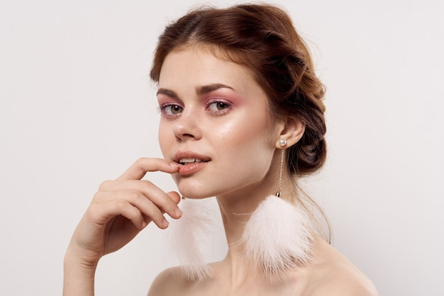 美しい女性明るいメイクきれいな肌裸の肩笑顔グラマー