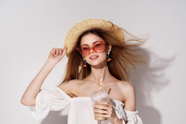 아름 다운 여자 밝은 메이크업 흰색 드레스 격리 된 배경