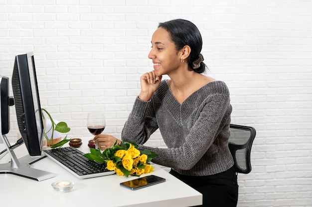 Красивая женщина связка, имея романтическую онлайн-встречу, разговаривая с кем-то на компьютере дома. концепция технологии. новый нормальный. день святого валентина