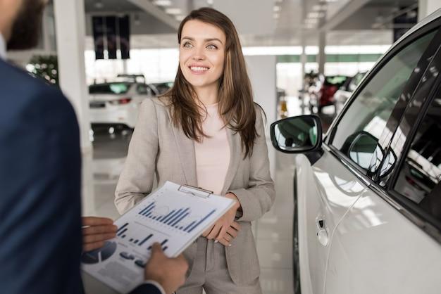 美しい女性が新しい車を買う