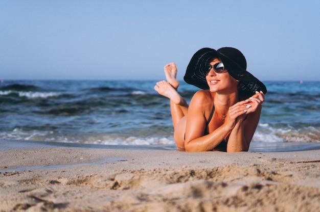 Красивая женщина у океана
