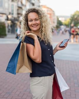 買い物袋を運ぶ美しい女性