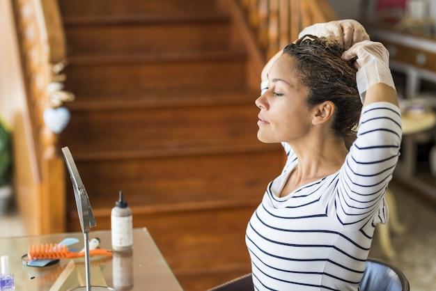 살롱 전문 제품으로 집에서 혼자 아름 다운 여자 색 머리를 변경