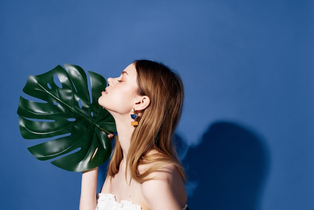 美しい女性の魅力的な外観のエキゾチックな魅力の青い背景。高品質の写真