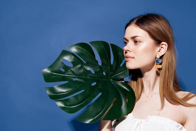 美しい女性の魅力的な外観のエキゾチックな魅力の青い背景